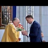 Földre hullott szentostyát mentett meg a lengyel elnök