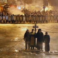 Papok álltak a kijevi tüntetők és rendőrök közé