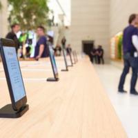 Eltávolítja az Apple a biztonsági szíjakat az iPhone-okról a boltjaiban