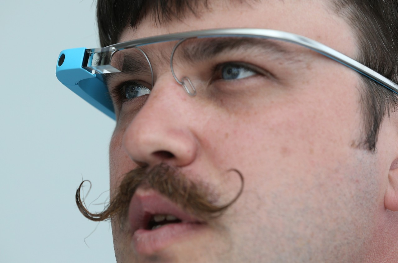 168808554-google-engineer-ian-mckellar-wears-google-glass-during_jpg_crop_cq5dam_web_1280_1280_jpeg.jpg