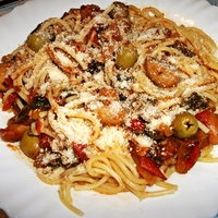 Paradicsomos-gombás spagetti spenóttal, és olajbogyóval
