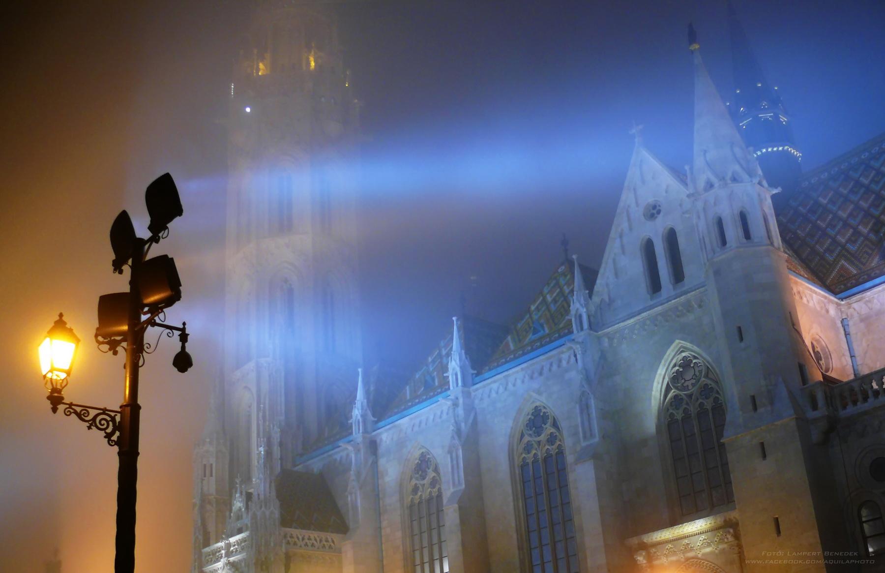 Szilveszter este a várban. Az enyhe köd és a fények egészen sejtelmesen világítják meg a Mátyás templomot.
