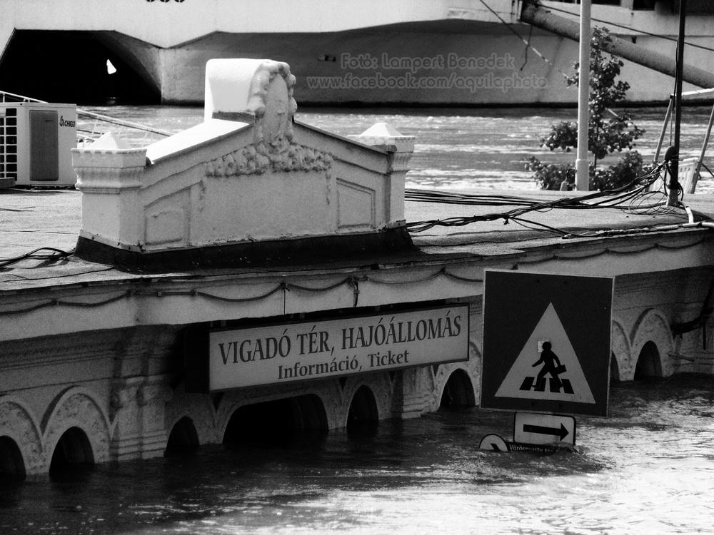 Ha a Duna szűknek érzi a medrét, akkor bizony nincs ami visszatartsa :).
