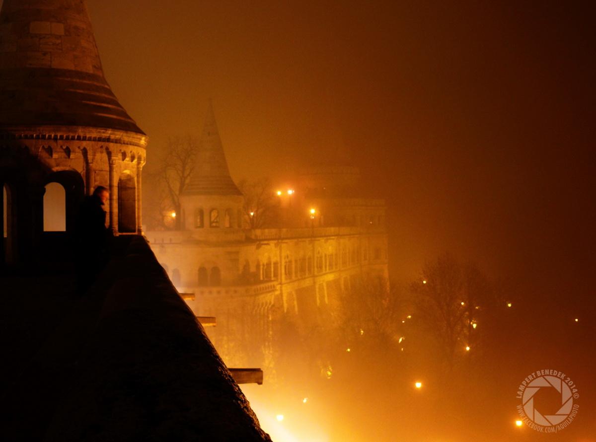 A Halászbástya a szilveszteri ködben. Kicsit olyan érzést kelt, mintha tábortüzek lennének a vár alatt.