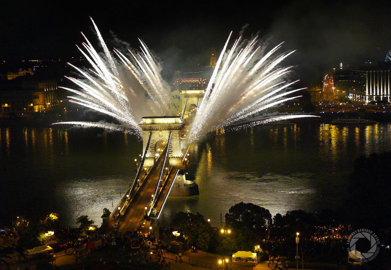 Szárnyas Lánchíd. Ez egy különlegessége volt a 2014-es tűzijátéknak, érdekes módon ezen kívül, csak egy fotót láttam erről.