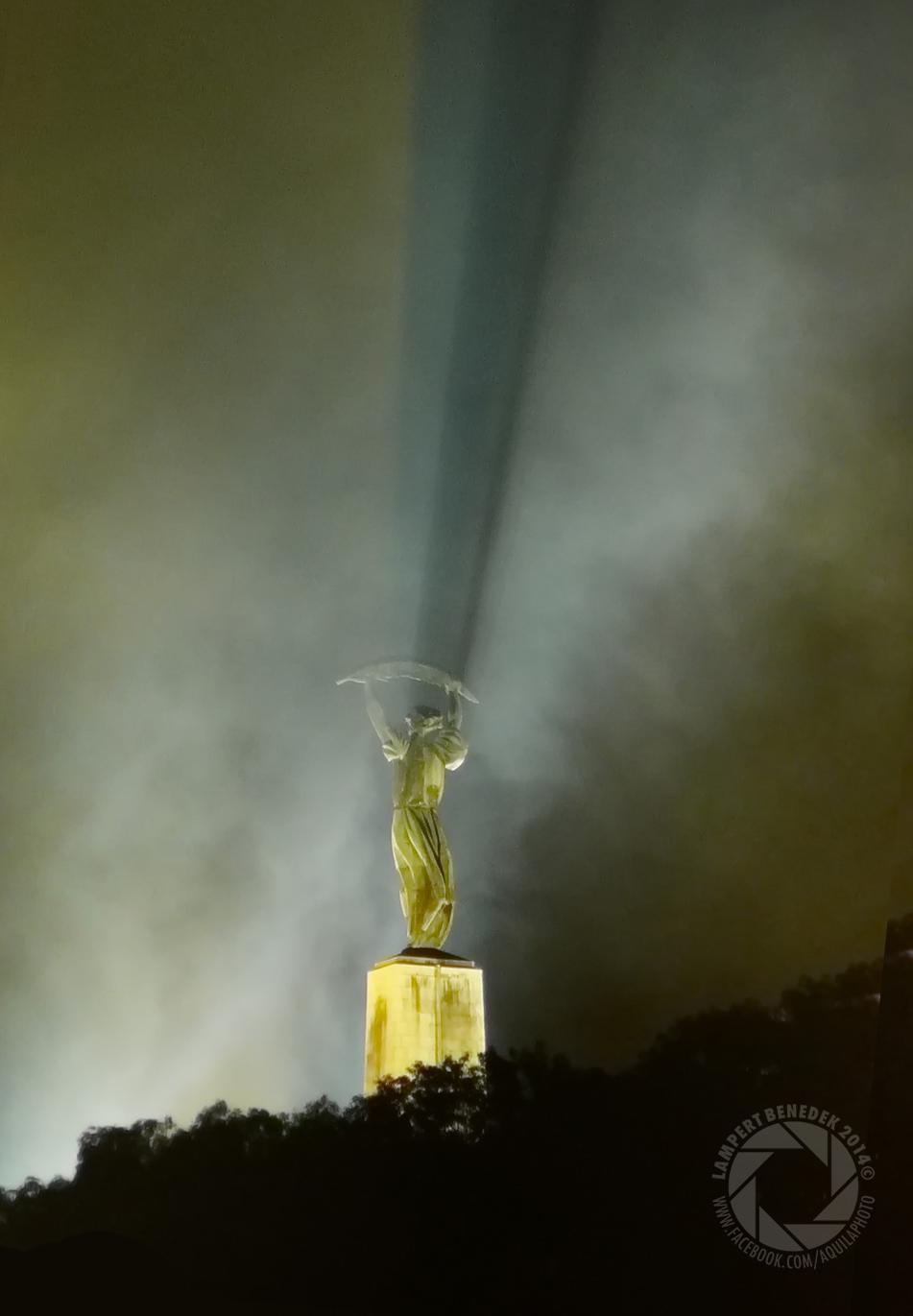 A Szabadság szobor a tűzijáték füstjében.
