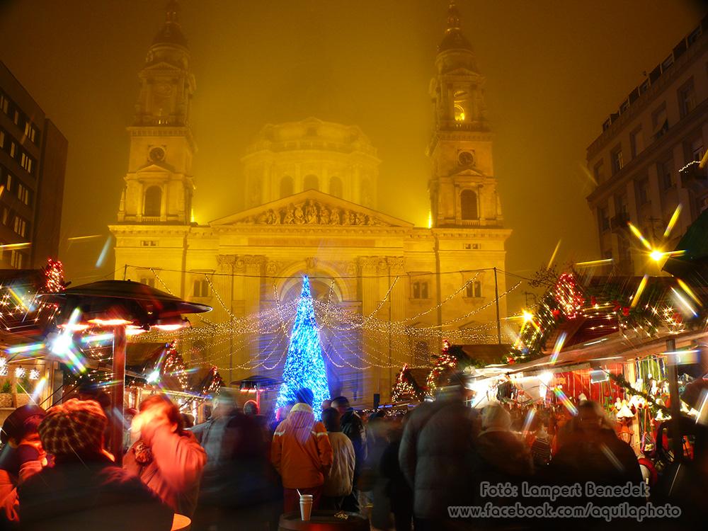 Karácsonyi hangulat a Bazilika előtt decemberben.