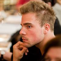 """""""Érdemes a titkainkról beszélni a színpadon"""" – Interjú Simon Zoltánnal"""