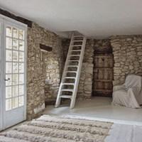 Fehér házikó Provence-ból