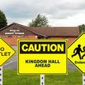 Ezentúl KRESZ-tábla jelzi a Királyságtermeket Magyarországon!