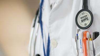 Felnőttként kezelve – gyerekkel, kórházban, külföldön