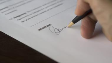 Hasznos tippek azoknak, akiknek gondot okoz egy hivatalos dokumentum aláírása