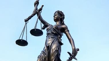 Nem dönthetnek vakon a bíróságok: jogunk van tudni, mire megy a közpénz