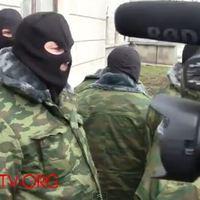 Maszkos fegyveresek a krími oknyomozó újságíró központban
