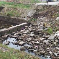 Építési törmelékből emelt gátat a kazincbarcikai önkormányzat