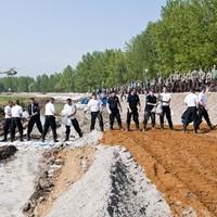 Gátépítés a Mosoni-Dunán: lassan halad, de legalább a Közgép végzi