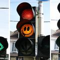 A ganja meg a smiley a forgalomban: felmatricázott közlekedési lámpák