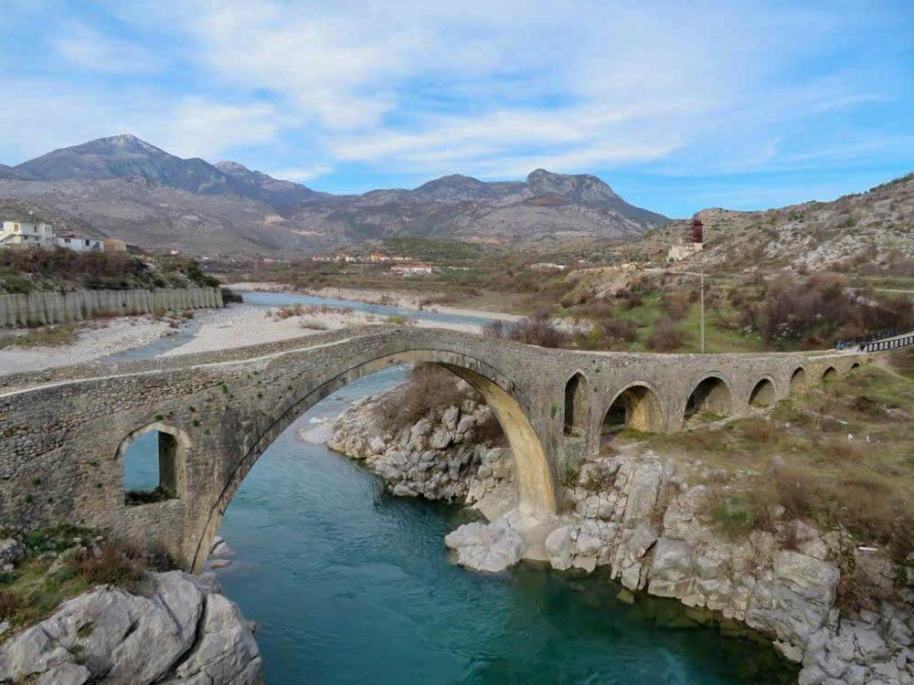 1770-es években épüt, 110 méter hosszú, 13 lyukú, Mesi szamárhátú híd, Albania