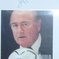 Sepp Blatter két autogramja négy év különbséggel