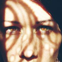 Ha a szemembe néztek, vajon mit láttok? Ott ül a szememben az a reggeli küzdelem, hogy lépjek, lélegezzek? Integet a pupillámból  az a vágyódás, hogy a napsütésnek átadjam magam, de ehelyett a kanapé birtokol? Nem, ugye? Fontos észrevennünk a láthatatlan dolgokat ráncainkban, hajszálainkban, legyünk betegek vagy sem. Az élet senkit sem kímél, futószalagin gyártja nekünk az akadályokat, nekünk pedig ugranunk kell! Legyünk a remény a pillangó szárnycsapásában, amiben megszületik a tolerancia, erre a zord világra. #mondokvalamit #tolerancia #ahaverokésén #légytoleráns #mindenkiküzd #pupillámbanavágyódás #napsütés #éljenajóidő