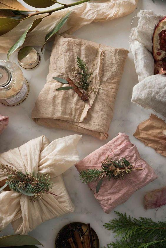 Hihetetlen, mennyire mutatós csomagolást gyárthatunk régi ruhadarabból vagy konyharuhából! Nem kell vasalni sem!
