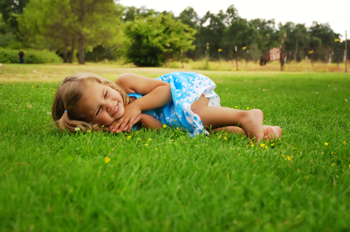 easystepsphoto_girl_rolling_in_grassy_lawn-504x334.png