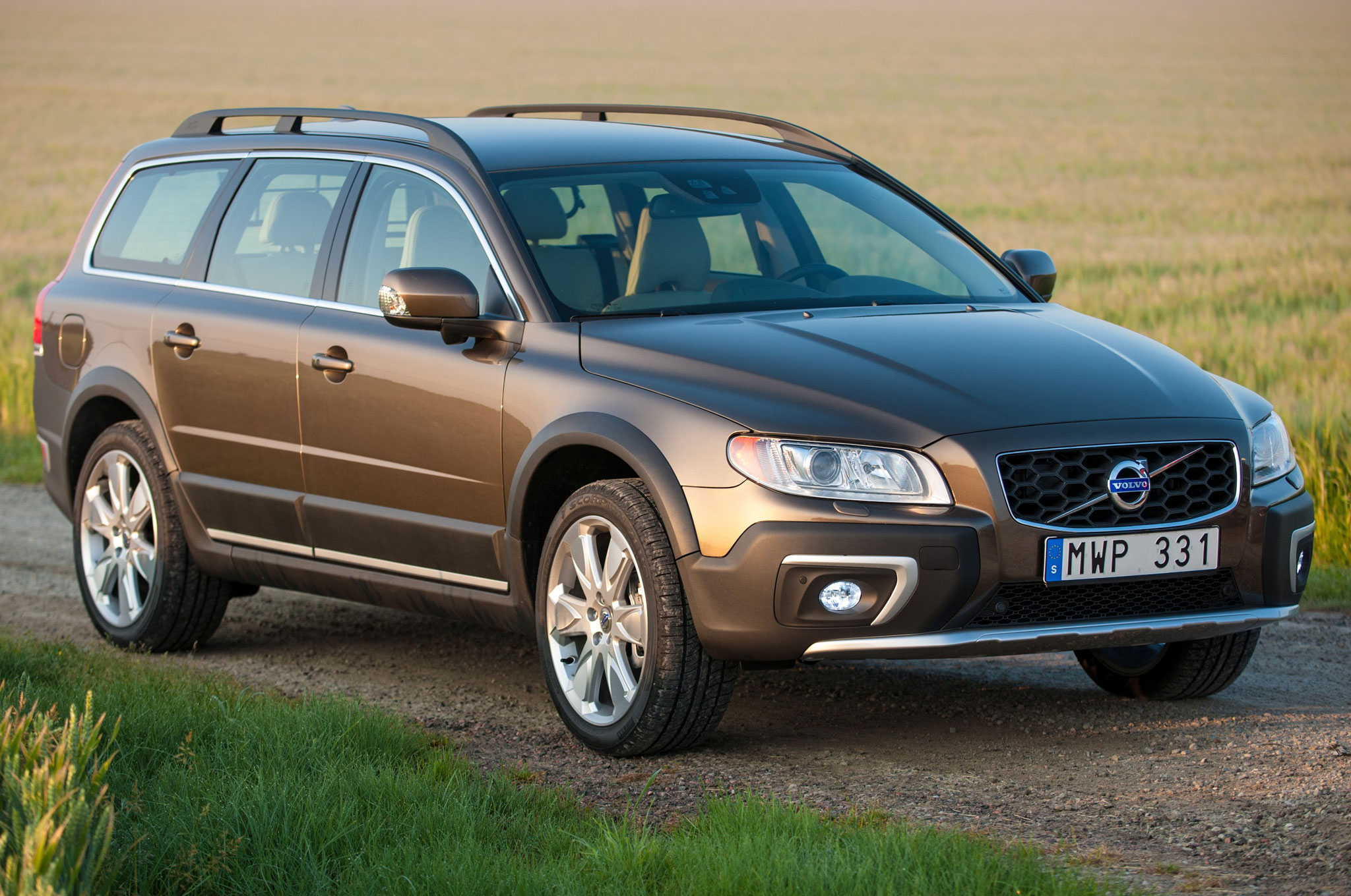 2014-volvo-xc70-front-view.jpg