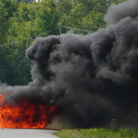 Akadályként kerülgették a lángoló autót