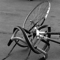 Biciklis a motorháztetőn