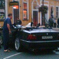 Villanyoszlop csapta le a BMW-s fejét