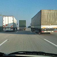 Miért előzhetnek még mindig a kamionok?