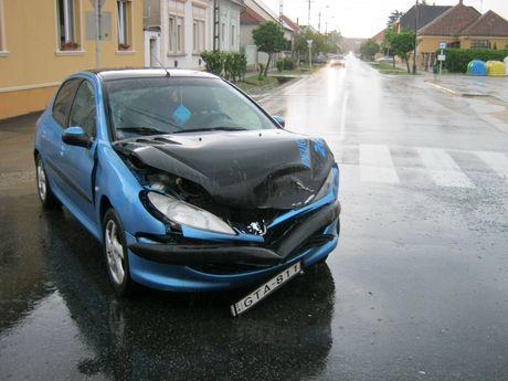 Peugeot 206 törött.jpg