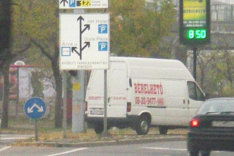 Évek óta áll a reklámfurgon a csomópont közepén - autózz! f592952f3b