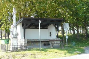 Buszváró-lesen a Lesence-vidéken
