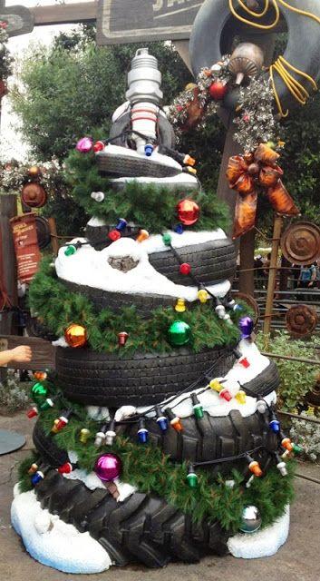 Saját szerelőműhelyed van és megmutatnád milyen kreatív vagy? Egy autógumiból készült karácsonyfa jó szolgálatot tehet!
