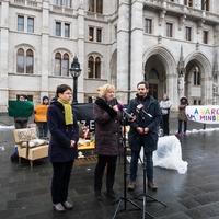 A Fideszen múlik, hogy májustól újra utcára lehet-e tenni gyermekes családokat