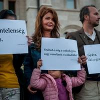 """""""Tilos az é"""" – nyolcvan kortárs író mondataival tiltakoztak Budapesten a hajléktalan emberek üldözése ellen"""