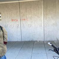 Amikor a Világbank ledózerolta a közösséget, Bimbo visszavágott