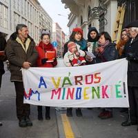 Lakcímet kérünk Mikulásra! 2500 ember követelését adtuk át az Emberi Erőforrások Minisztériumának