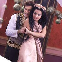 Avraam Rousso duettet énekel egy üzbég énekesnővel