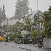 Esik a hó április végén