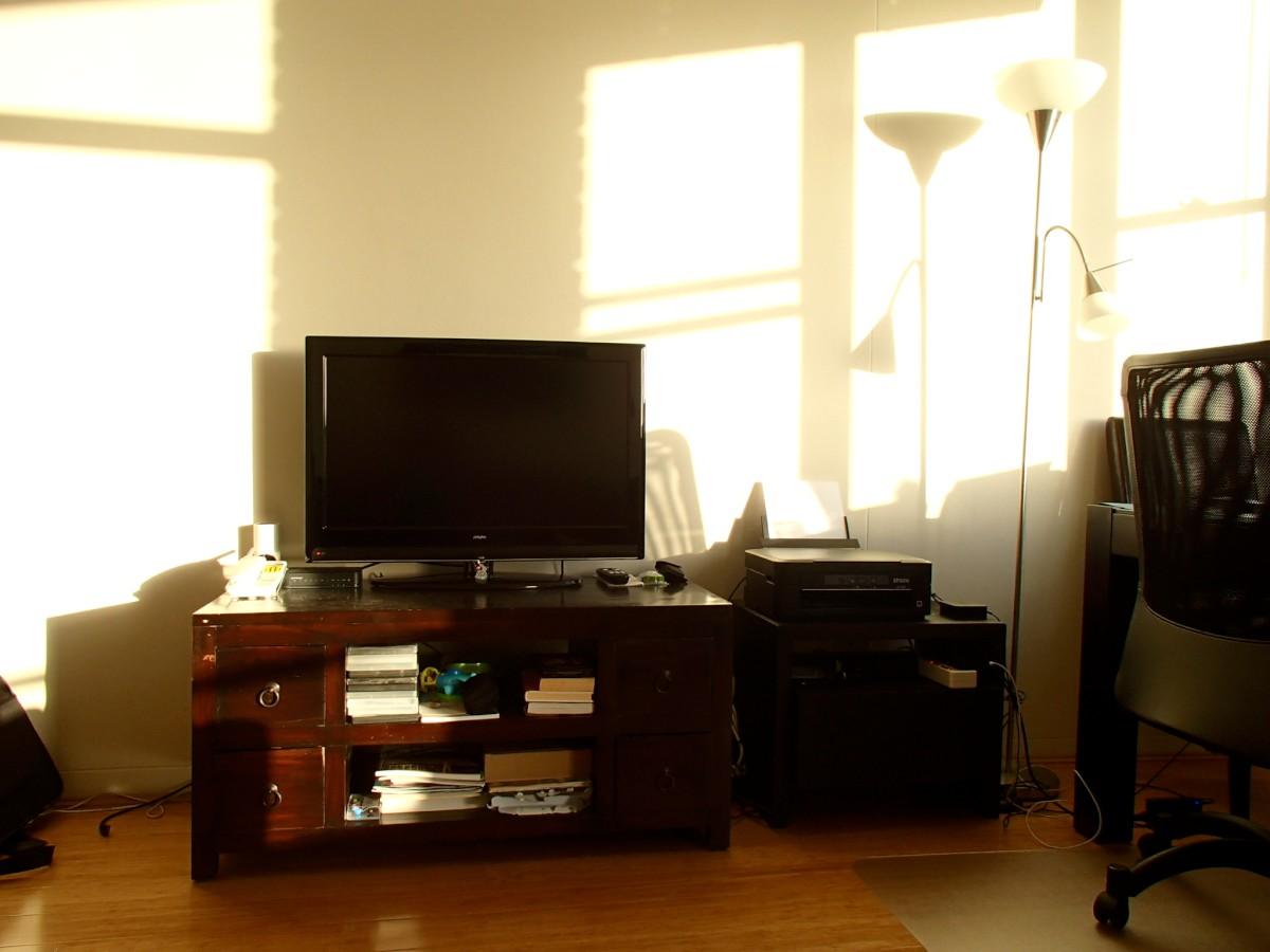 A TV, a TV állvány, a kisszekrény. Mind, mind kukázott cucc.