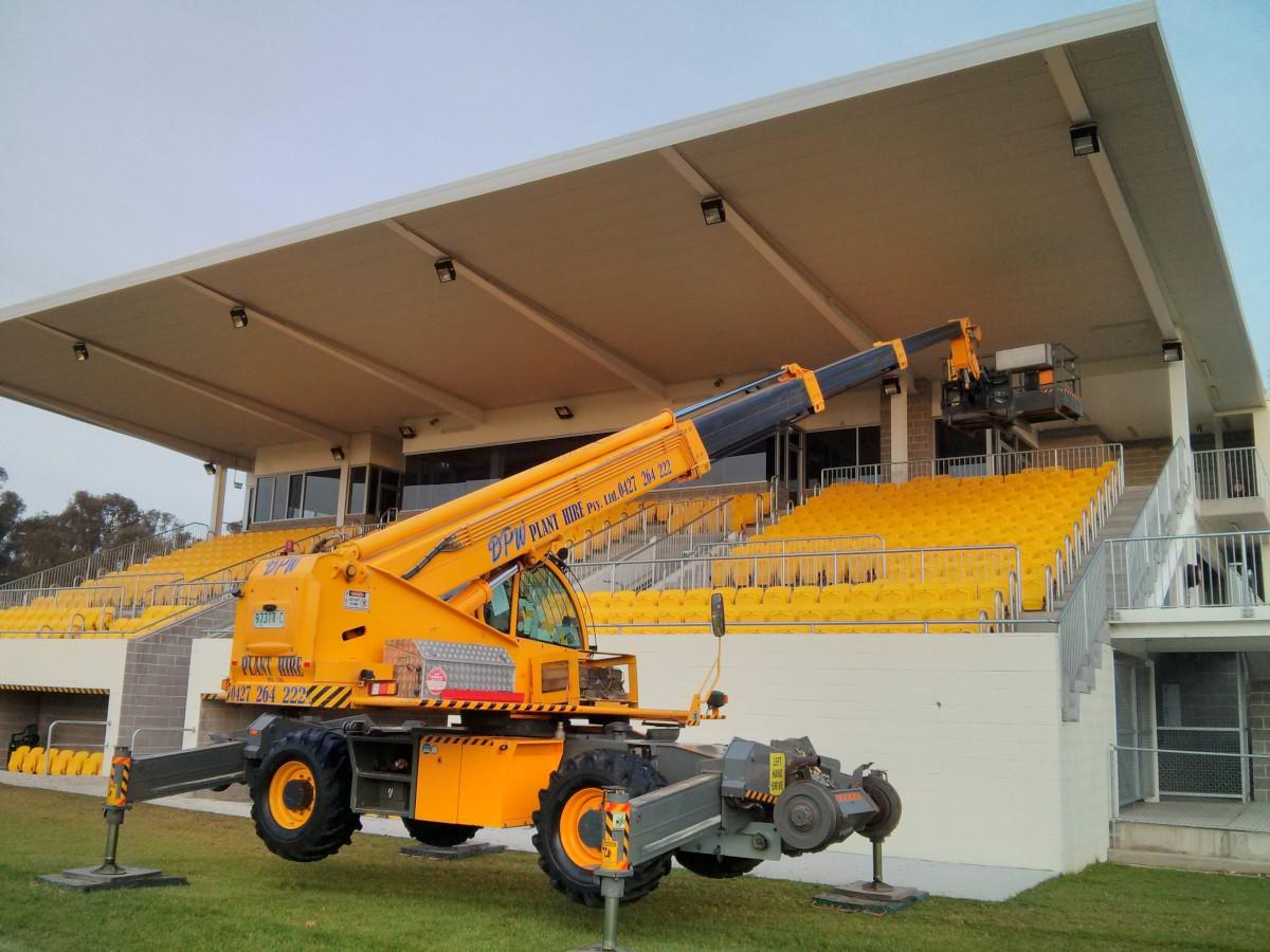 Hangfalszerelés egy stadionban egy 'cherry picker'-rel
