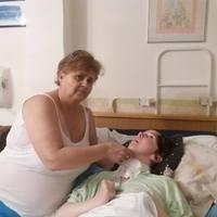 Utcára kerülhet kómában lévő lányával, vízdíjtartozása miatt…