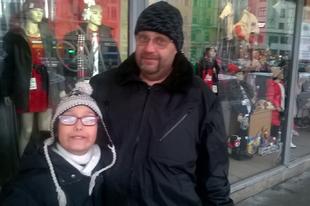 Titokban menekültekkel teli szállón él az apa autista kislányával