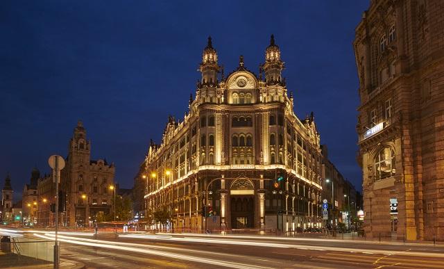 parisi-udvar-hotel-budapest-exterior-night-2.jpg