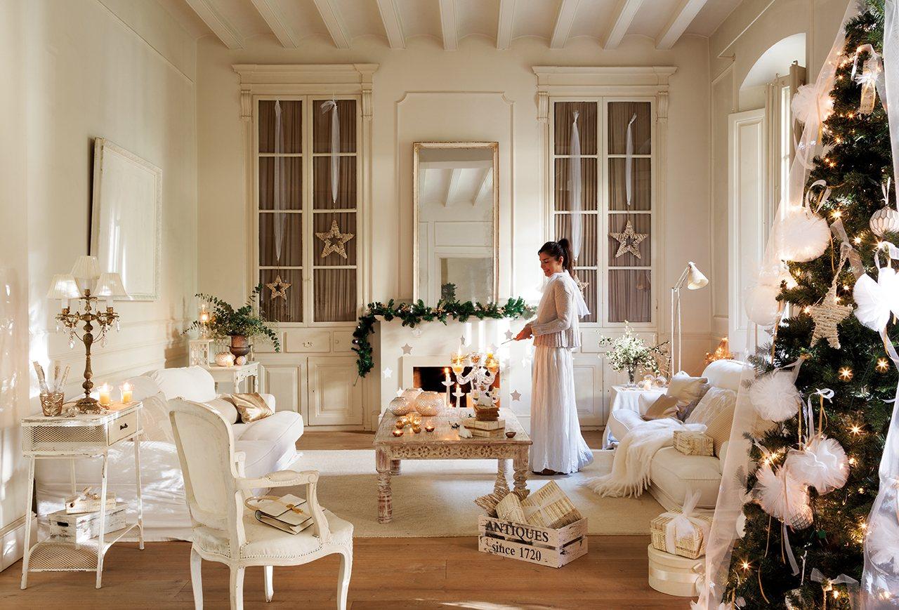 Romantikus fehér karácsonyi dekoráció egy mediterrán házban