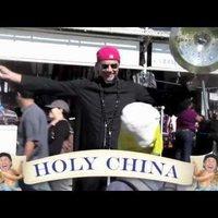 Chad Smith cintányért reklámoz