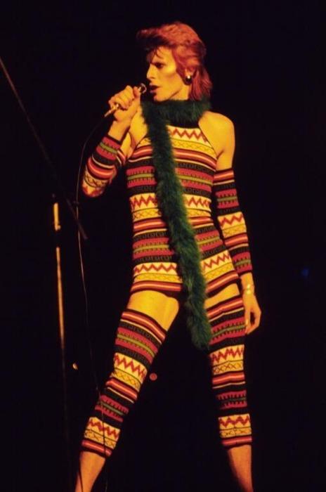 David Bowie sálnak öltözött