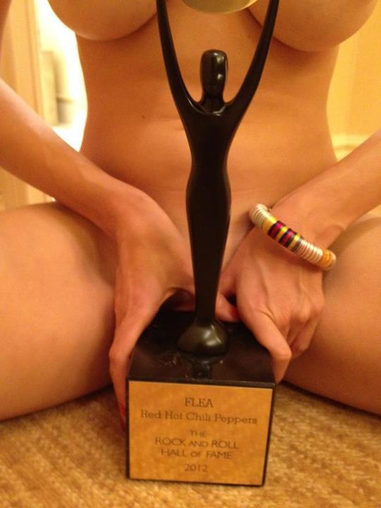 Flea pucér csajjal ünnepli a Hall of Fame díjat